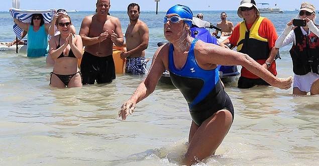 Nadadora de 64 anos completa travessia entre Cuba e EUA