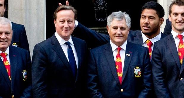 Primeiro-ministro britânico ganha 'chifrinho' em foto com seleção de rúgbi