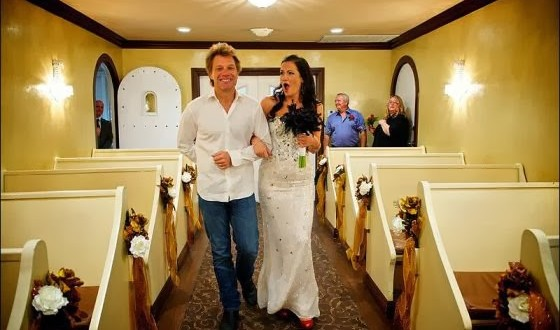 Jon Bon Jovi realiza sonho de fã e a leva ao altar