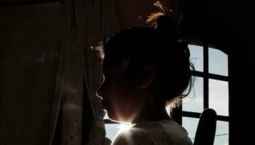 Menina de 11 anos diz que foi abusada por sete colegas na presença de professora