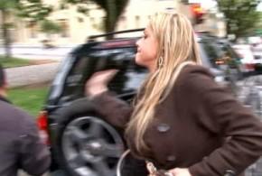 Mulher dorme dentro do carro e atrapalha trânsito em Curitiba
