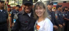 PM reconhece e abraça ex-professora durante protesto no Rio