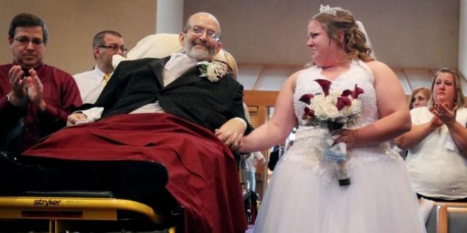 Pai com doença terminal leva filha ao altar deitado em uma maca