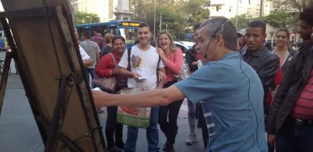 Professor fatura R$ 15 mil por mês vendendo DVD de matemática nas ruas