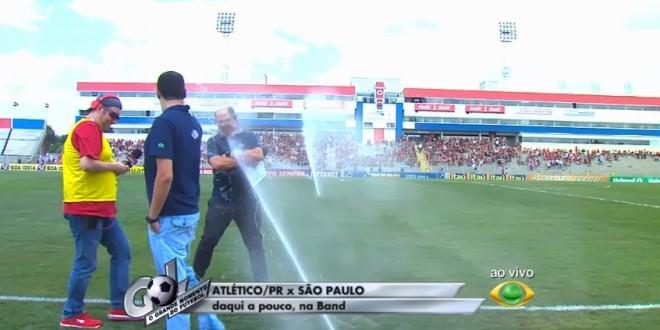 Repórteres da Band tomam banho de irrigação do gramado antes de jogo