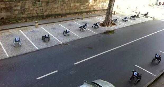 Usuários de cadeira de rodas fazem protesto criativo em Portugal