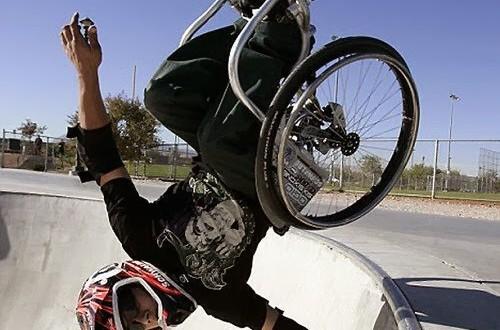 Atleta faz manobras radicais em uma cadeira de rodas