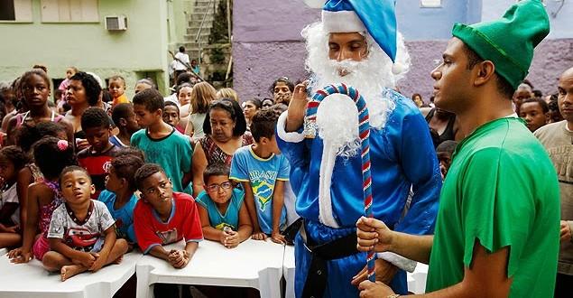 Festa em morro do RJ tem Papai Noel de azul e gnomo alto