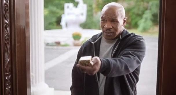 """Tyson """"devolve"""" orelha de Holyfield em comercial de loja de artigos esportivos"""