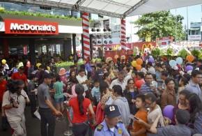 Vietnamitas fazem fila para comer no primeiro McDonald's do país