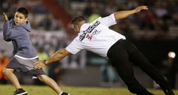 Garotinho invade jogo na Argentina e rouba a cena ao driblar seguranças