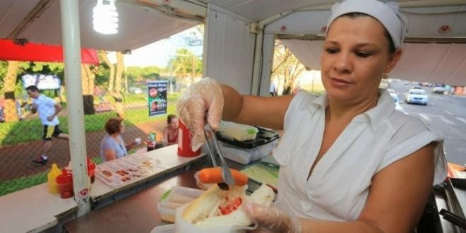 Mãe da ex-BBB Franciele fatura R$ 10 mil com hot dog de rua