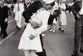 Morre marinheiro que protagonizou foto famosa de beijo na Segunda Guerra Mundial