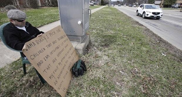 Americano é condenado a segurar cartaz assumindo bullying contra deficientes