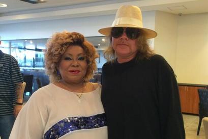 Axl Rose posta foto ao lado de Alcione em Recife e diz que cantora é 'lenda brasileira'