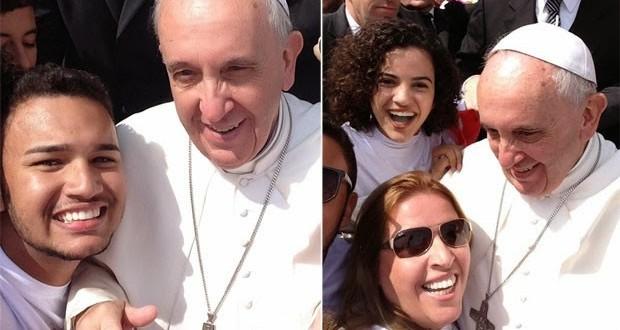 Brasileiros fazem 'selfie' com o Papa Francisco após missa no Vaticano