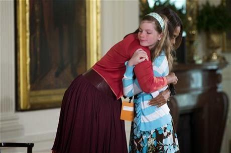 Menina entrega currículo do pai para Michelle Obama em evento