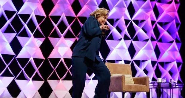 Mulher joga sapato em Hillary Clinton durante discurso em Las Vegas