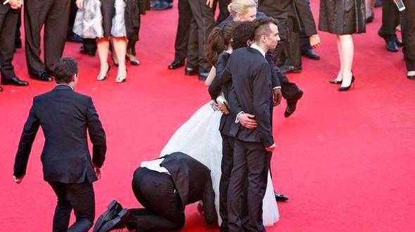 Homem entra debaixo de vestido de atriz no tapete vermelho de Cannes
