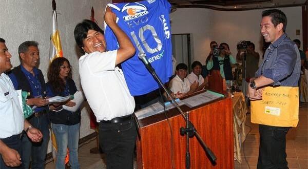 Time da 1ª divisão boliviana contrata presidente Evo Morales como jogador de futebol