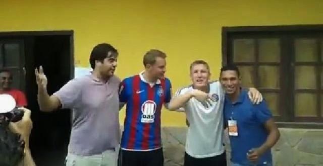 Schweinsteiger e Neuer vestem camisa e cantam hino do Bahia