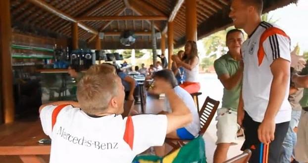 Jogadores alemães assistem a jogo do Brasil e torcem com funcionários de hotel