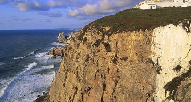 Casal polonês cai de penhasco em Portugal ao posar para foto