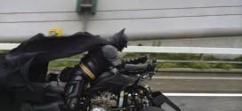 Homem fantasiado de Batman viaja de bat-triciclo em estrada do Japão