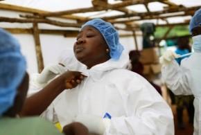 Mesmo após 15 colegas morrerem de ebola, enfermeira continua trabalho em Serra Leoa