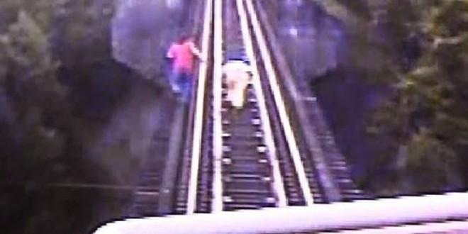 Mulheres deitam em trilhos para não serem atropeladas por trem nos EUA