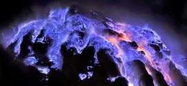 Vulcão expele lava azul na Indonésia