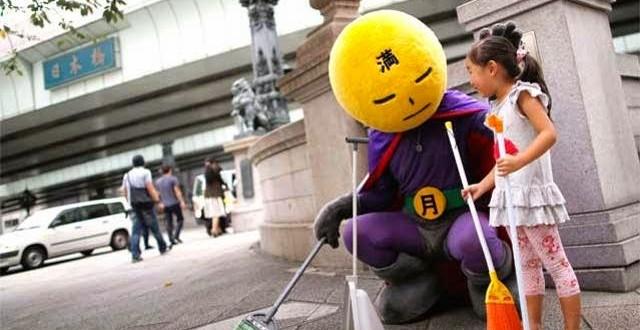 Armado de vassoura, herói mascarado limpa as ruas de Tóquio