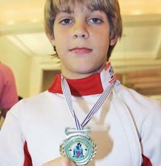 Em campeonato de esgrima, garoto recebe ponto injustamente e avisa juiz