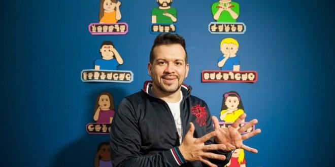 Isolado no trabalho, surdo cria escola para ensinar língua de sinais