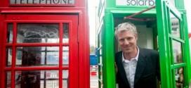 Cabine telefônica verde em Londres recarrega celulares por energia solar