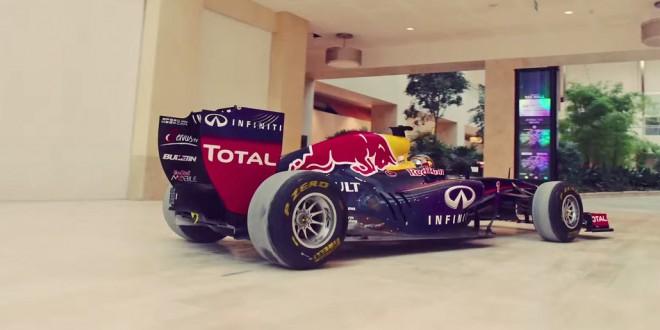 Espanhol pilota carro de F1 dentro de shopping de luxo em Abu Dhabi