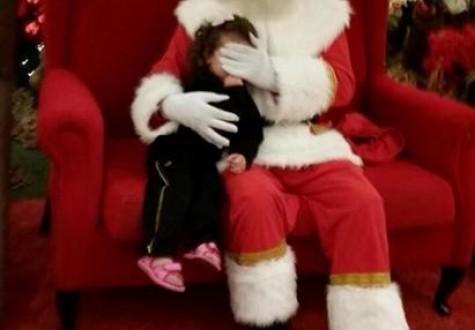 Papai Noel de shopping esconde rosto de criança que não pagou foto