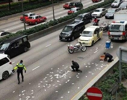 Carro-forte espalha R$ 5 milhões nas ruas de Hong Kong durante o Natal