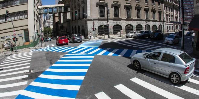 Faixa de pedestres em 'X' começa a funcionar em SP