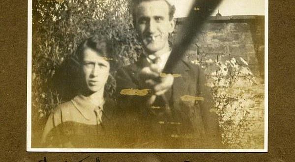 Foto antiga mostra que 'bastão de selfie' já era usado em 1926