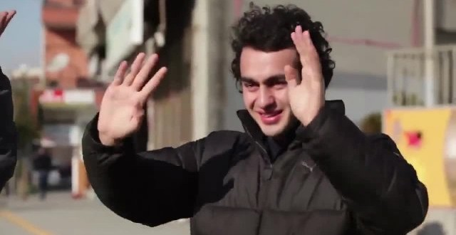 Cidade turca aprende língua de sinais para surpreender jovem surdo