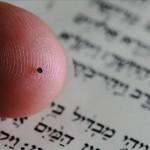 Do tamanho de cabeça de alfinete, menor Bíblia do mundo é exposta