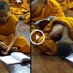 Menino monge cai no sono enquanto medita