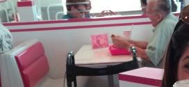 Imagem de idoso almoçando com foto de esposa falecida emociona o mundo