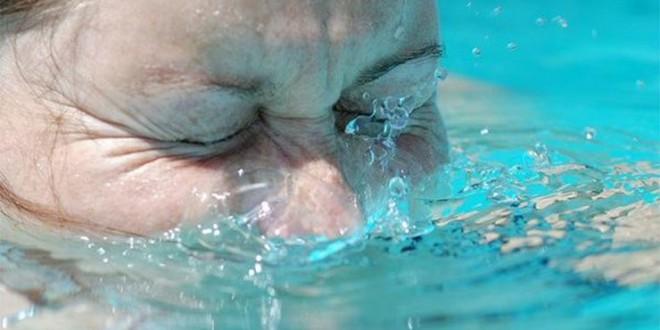 Xixi é a causa dos olhos vermelhos pós-piscina, informa órgão dos EUA