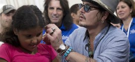 Johnny Depp ajuda crianças com problemas de audição no RJ