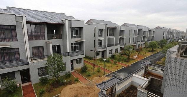 Milionário constroi condomínio de luxo em vila pobre como agradecimento