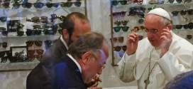 Papa faz visita surpresa a ótica para comprar óculos novos em Roma