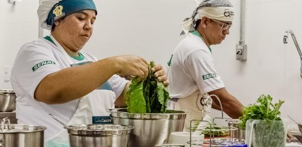 Merendeiras de escolas públicas recebem prêmio por pratos saudáveis